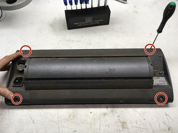 Verwijder 4 schoeven met TX15 schroevendraaier of 3mm inbus sleutel