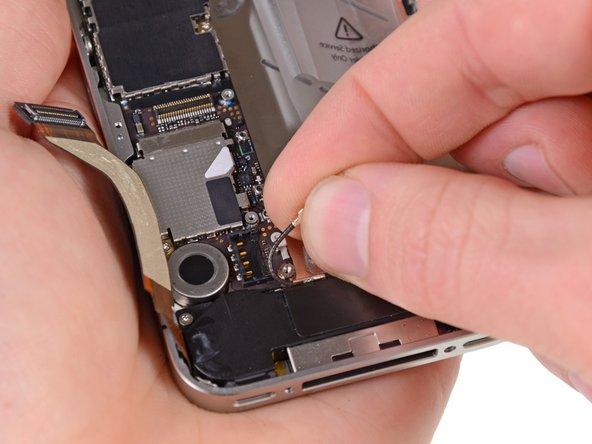 Выведите кабель антенны из металлических фиксаторов.