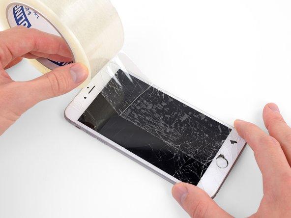 Klebe überlappende Streifen von durchsichtigem Paketband über das Display des iPhones, bis die ganze Frontscheibe bedeckt ist.