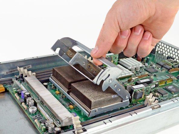 Il semblerait qu'ils aient tout jeté, y compris les dissipateurs thermiques qui permettent de maintenir ces processeur Opteron d'AMD au frais.