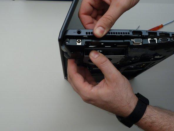 Faites de même avec les deux autres câbles plats avant de commencer à retirer le couvert supérieur de la carte mère.