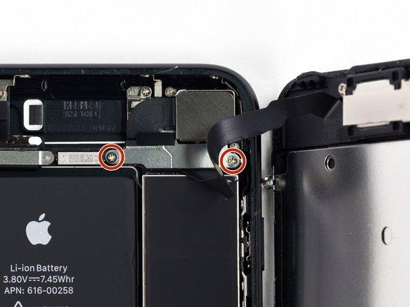 Rimuovi le due viti Phillips da 1,3 mm che fissano la staffa sopra il connettore del gruppo sensore del pannello frontale.