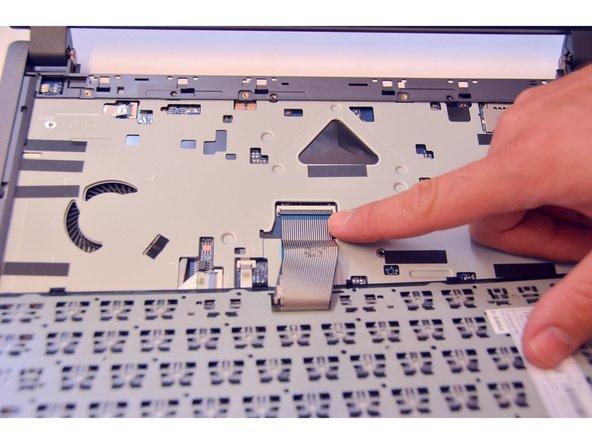 Image 2/3: Libérer maintenant en vous aidant d'un tourne-vis le câble du clavier.