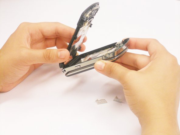 Retirez complètement le revêtement en plastique du corps du téléphone.