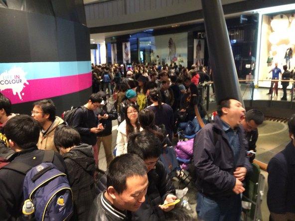 在昨天当地时间下午一点时已经有五十多人在排队了。