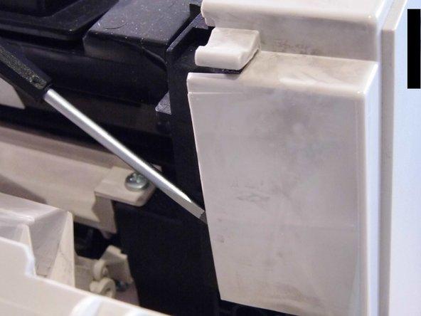 Image 2/3: Mithilfe eines Spudgers oder einem Schlitzschraubendreher kannst du die Clips einfach lösen (siehe Bild 2). Es sind mehrere Clips rund um die Abdeckung vorhanden. Erst, wenn alle gelöst sind, kann die seitliche Abdeckung abgenommen werden.