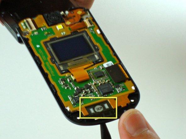 Poussez le spudger à travers l'ouverture du haut-parleur pour séparer le haut-parleur (indiqué par le rectangle jaune).