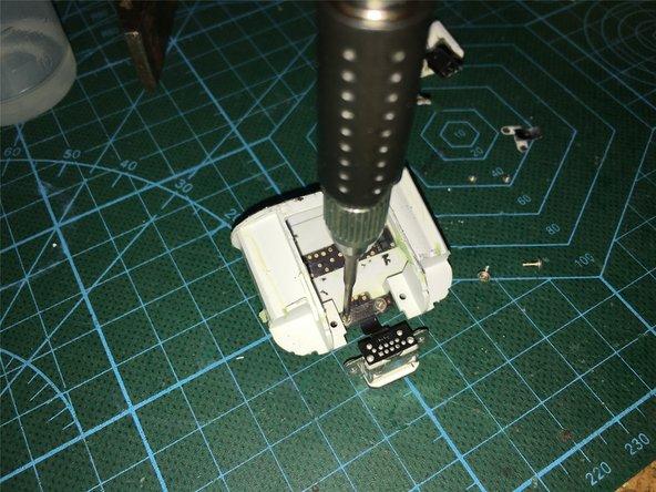 将主板所有连接部件都取下后,用水扣钳将电路板下面两边,白色塑料多余的上部分,用来固定电路板的支点剪掉