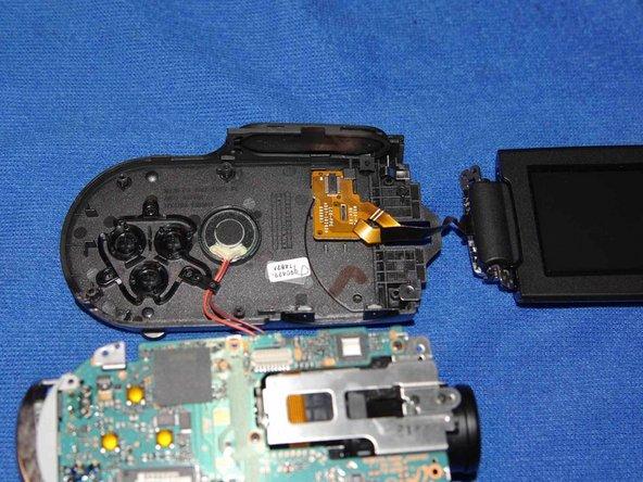 Puis retirer délicatement la carte mère pour avoir accès à la nappe du LCD.