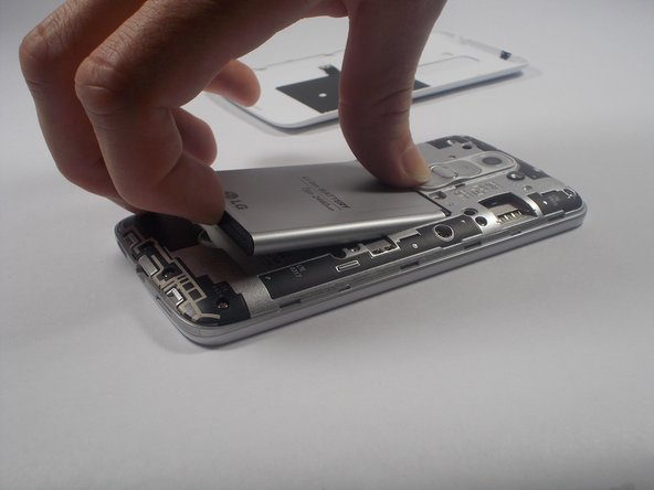 Remove the battery from the battery bay by prying with your finger at the groove on the lower end of the battery bay.