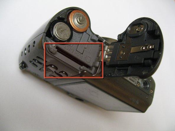 La fente pour carte mémoire est indiquée ici dans le rectangle rouge.