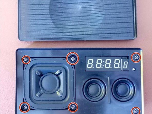 Die sechs Schrauben mit einem PH2 Schraubenzieher entfernen