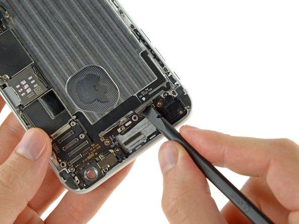 Débranchez la nappe du bouton home et les connecteurs de la nappe de contrôle audio de leur prise respective sur la carte mère.