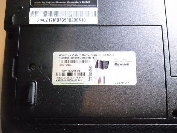 Identifiez le cache de protection du disque dur et retirez-en la vis.