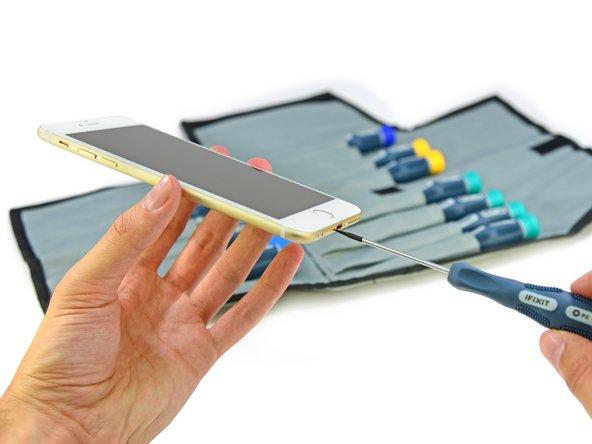 看来苹果公司还是没有把五角(Pentalobe)螺丝换回十字形的Phillips螺丝。幸运的是我们随身带着我们的Pro Tech Screwdriver Set 来帮助我们拿下这烦人的五角螺丝。