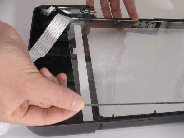 The other corner of the glass can now be lifted up as well. Use the two corners to lift up the whole scanner glass.