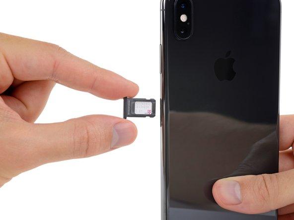 Entferne das SIM-Kartenfach vom iPhone.