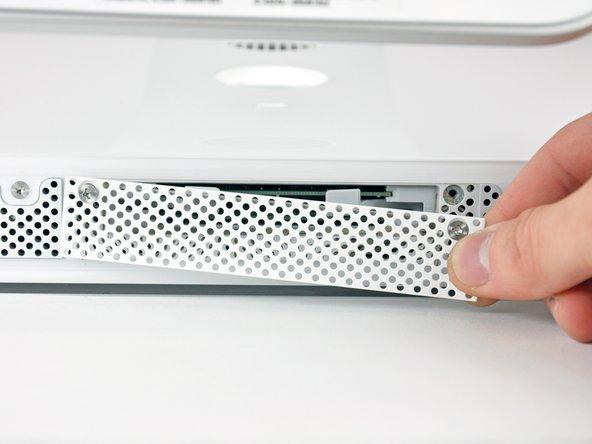 """Installazione dello sportello di accesso nell'iMac Intel EMC 2111 da 24"""""""