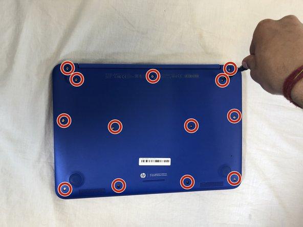 Remueve los trece tornillos Phillips #0 de 5 mm de la caja inferior.