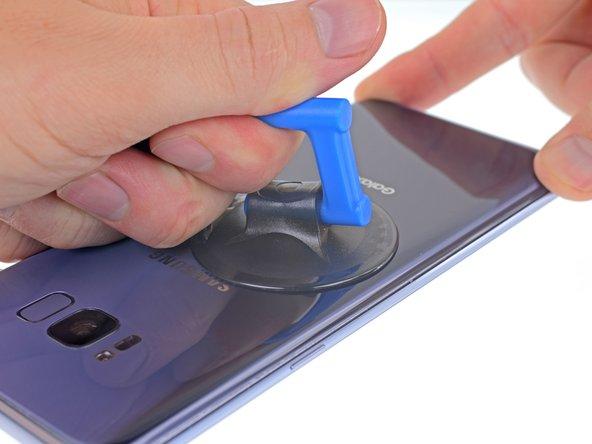 La ventosa non aderirà bene sulla parte incurvata del vetro, perciò evita di metterla sul bordo stesso.