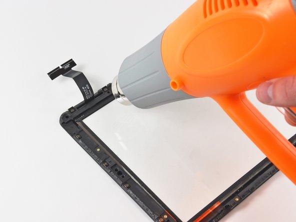 在这个步骤中,你将加热并将塑料支架移到触摸排线的附近。不要直接加热这条排线,因为它非常薄,对热敏感。