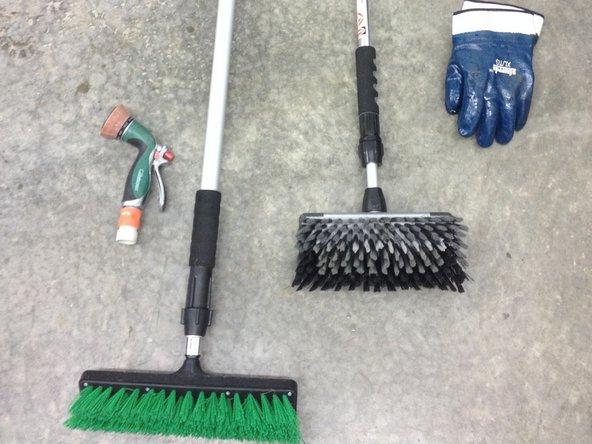 Avec une brosse douce et une brosse à savon nettoyez l'extérieur de la roulotte