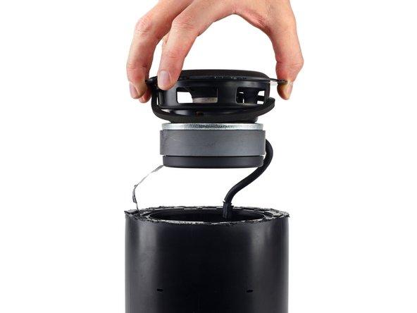 Habituellement, c'est en augmentant le diamètre du cône qu'on atteint cet effet. Apple a cependant préféré augmenter l'acheminement dans la bobine mobile (20 mm ici), ce qui nécessite un aimant plus grand. Le haut-parleur a un diamètre moindre, mais il reste capable de déplacer suffisamment d'air pour produire des sons graves de qualité.