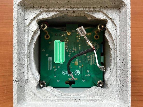 Retirer le haut-parleur de la coque en béton