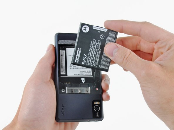 Image 2/2: Remove the battery from the Droid 2.