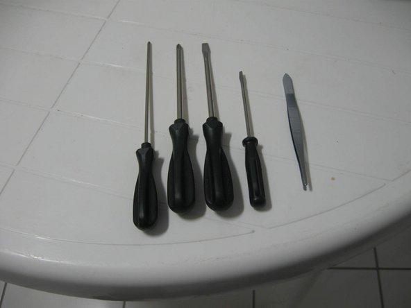 These are the only tools that we will need. 4 screwdrivers and a tweezer.