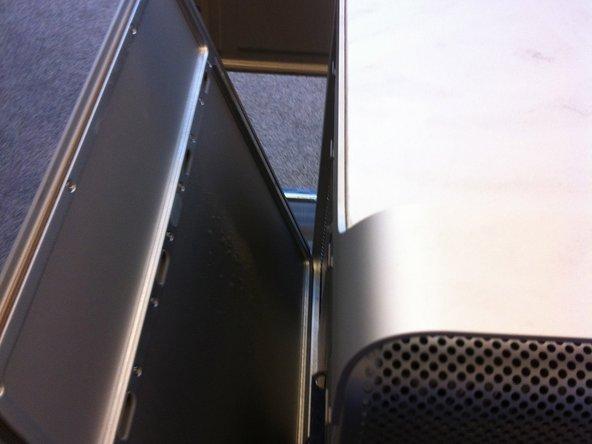 Door het overhalen van de hendel komt het zij paneel van de Mac Pro los, welke je nu rustig eruit kan halen.