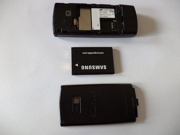 Retirez le couvercle de la batterie, la batterie et la carte SIM.