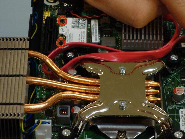 Mit dem Schraubenzieher Phillips #2, lösen Sie die zwei Befestigungsschrauben des Chipsets.