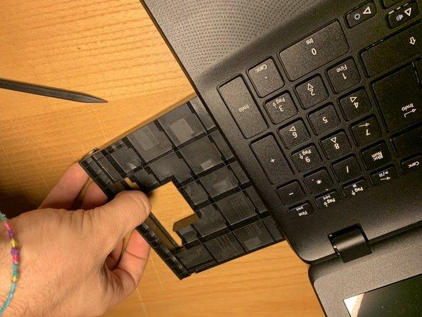 Rimuovere il lettore ottico o il suo slot di plastica