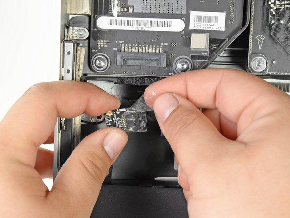 Versuche noch nicht die Karte ganz zu entfernen. Sie ist noch mit einem Kabel angeschlossen.