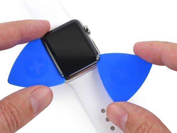 Tout en laissant le premier médiator en place, utilisez-en un second pour vérifier que l'adhésif est bien décollé sur tout le périmètre de l'écran.