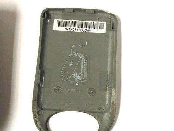 Le numéro de série est situé sur le boitier arrière du téléphone.