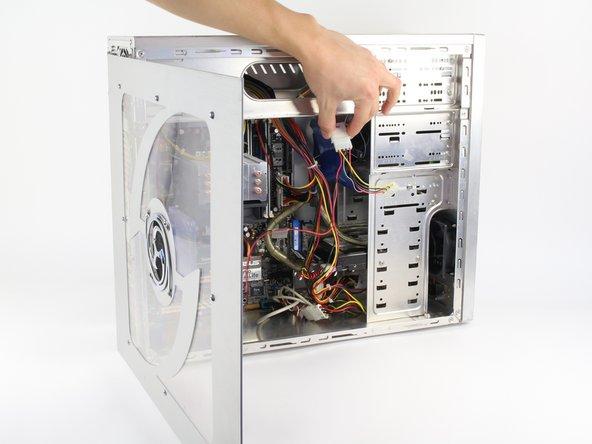 Si un ventilateur est monté sur le panneau latéral, assurez-vous de débrancher le câble avant de retirer complètement le panneau.