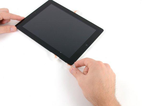 Das untere Ende des Digitizer-Kabels ist nur etwa 1cm von der Unterseite des iPads entfernt. Gehe langsam und vorsichtig vor und achte darauf, das Kabel nicht durchzutrennen.
