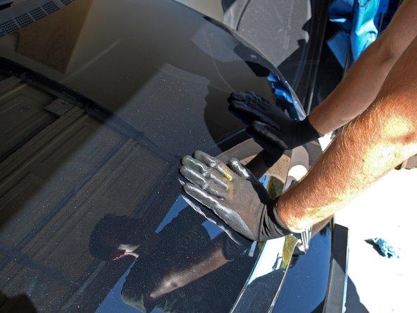 Drücke fest auf den Rand der Motorhaube, bis du hörst, wie die erste Verschluss zugeht.