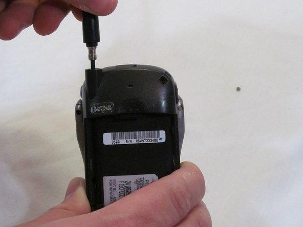 Saisissez fermement l'antenne et tournez dans le sens inverse des aiguilles d'une montre pour la dévisser du téléphone.