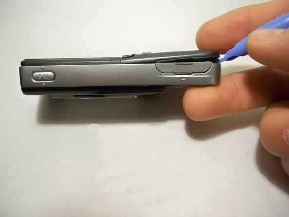 Soulevez délicatement le carter avant ouvert en travaillant avec un outil de petite taille ou un tournevis à tête plate le long de la couture complète