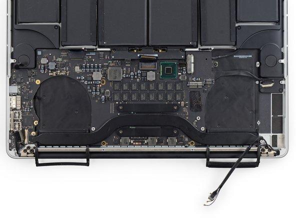 パーツ上部から時計回りに:バッテリー、右側スピーカー、キーボード用バックライト、AirPort/カメラ、ディスプレイ、マイク、左側スピーカー、キーボード、トラックパッド