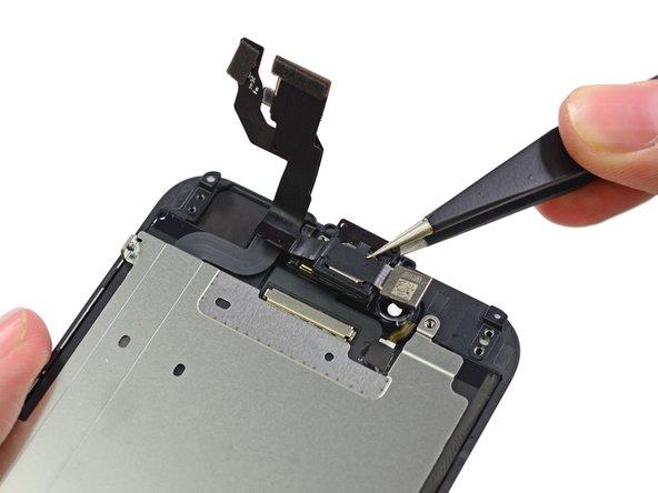 Analogamente all'iPhone 6 Plus, La fotocamera anteriore e l'altoparlante sono posizionati sul pannello anteriore.