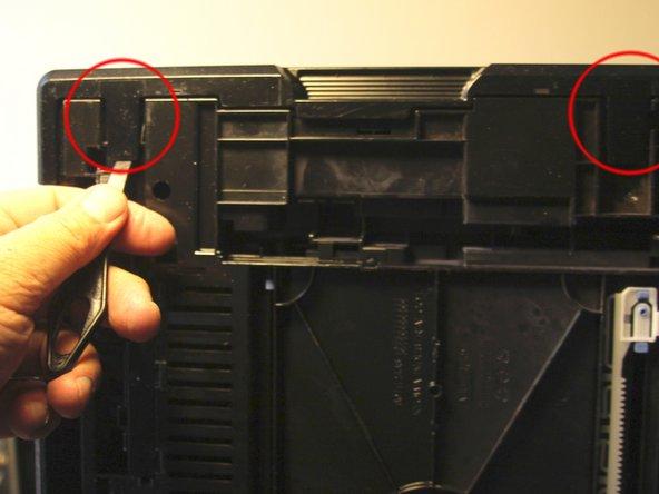 Drucker auf die rechte Seite legen und linke Seitenwand abbauen (unter dem Drucker sind 2 Rastnasen)