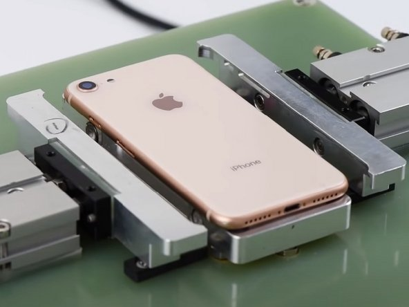 Platziere die iPhone 8 Glasrückseite in die entsprechende Form. Drücke 'Up'. Wenn die Temperatur auf 240°C steigt, drücke 'Start'. Die Glasrückseite wird von der Form festgehalten.