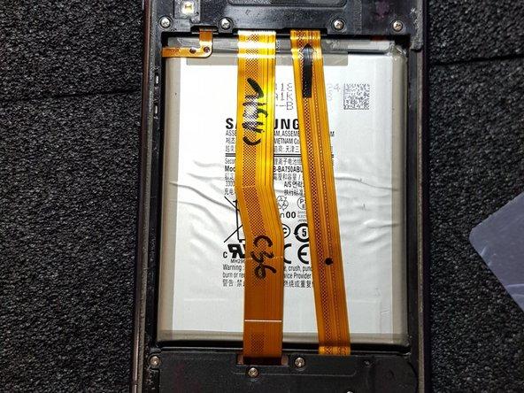 Lege das Gerät mit der Rückseite auf eine spezielle Stufenlos einstellbare Wärmplatte für ca. 5-10 min. damit sich der Kleber unter dem BackCover erweicht.