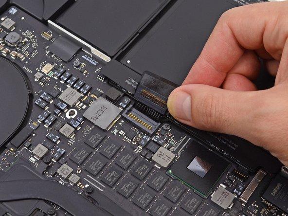 バッテリーケーブルを後ろ側に折り曲げ、バッテリーコネクタがアクシデントで基板に接触しないように確認してください。