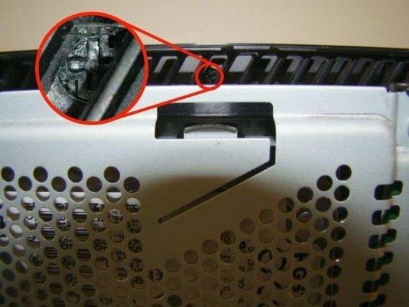 在通风孔间有一个小的黑色螺丝。您会看到两部紧紧排列的插槽,在其中一个地方,一个插槽分开了,这就是螺丝的位置。