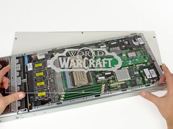 Le panneau transparent couvrant tout le bazar mécanique à l'intérieur des racks de serveur, offre une bien mauvaise protection mais il est néanmoins décoratif.